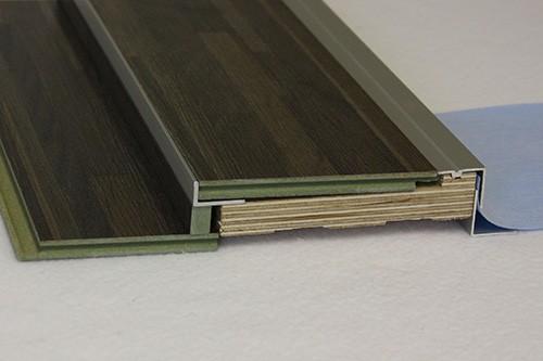 Pro vedeneristekynnys 22 x 120 valmistettu tilauksesta asiakkaan lattiamateriaalista (8 mm laminaatti). Erikoisvalmisteisten vedeneristekynnysten minimierä on 50 kpl. Hintatiedot tarjousten mukaan.